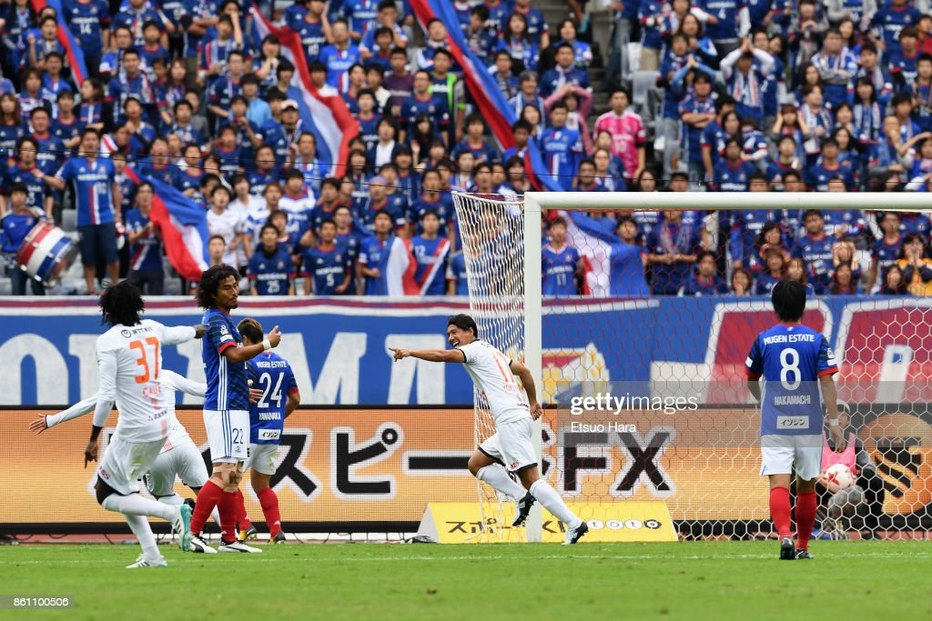 Shigeru Yokotani of Omiya Ardija celebrates scoring his side's first goal during the J.League J1 match between Yokohama F.Marinos and Omiya Ardija at Nissan Stadium on October 14, 2017 in Yokohama, Kanagawa, Japan.