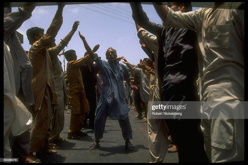 Shiite Muslim men performing rite in 1 o : News Photo