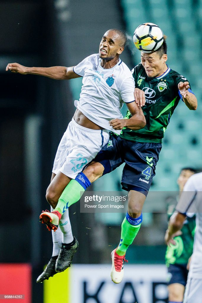 Shin Hyung-Min of Jeonbuk Hyundai Motors FC (R) fights for the ball with Edgar Bruno da Silva of Buriram United (L) during the AFC Champions League 2018 Group F match between Jeonbuk Hyundai Motors FC (KOR) and Buriram United (THA) at Jeonju World Cup Stadium on 15 May 2018, in Jeonju, South Korea.