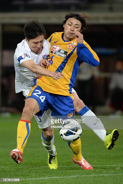 Shingo Akamine of Vegalta Sendai and Ren Hang of Jiangsu Sainty compete for the ball during the AFC Champions League Group E match between Vegalta...