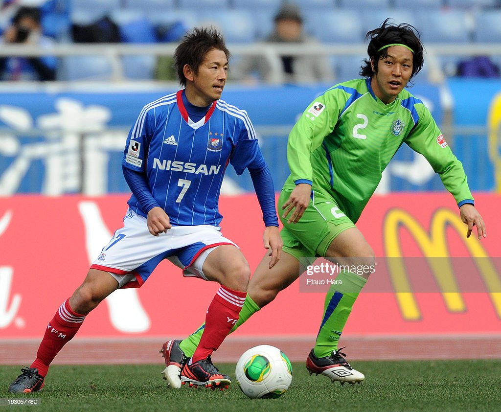 Shingo Hyodo of Yokohama F.Marinos and Shoma Kamata of Shonan Bellmare compete for the ball during the J.League match between Yokohama F.Marinos and Shonan Bellmare at Nissan Stadium on March 2, 2013 in Yokohama, Kanagawa, Japan.