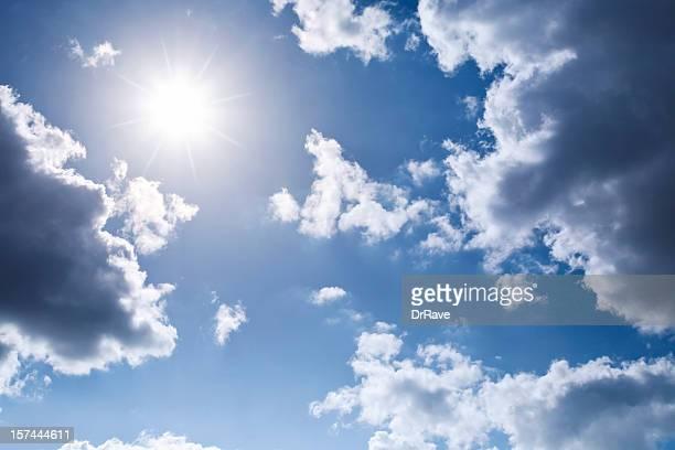 strahlenden sonne umgeben von wolken auf einem blauen himmel - aufnahme von unten stock-fotos und bilder