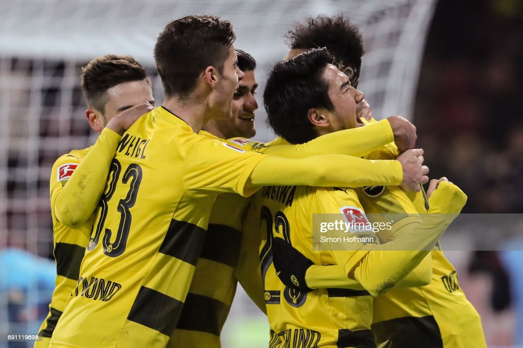 Shinji Kagawa #23 of Borussia Dortmund celebrates with his team mates after scoring his team's second goal to make it 0-2 during the Bundesliga match between 1. FSV Mainz 05 and Borussia Dortmund at Opel Arena on December 12, 2017 in Mainz, Germany.