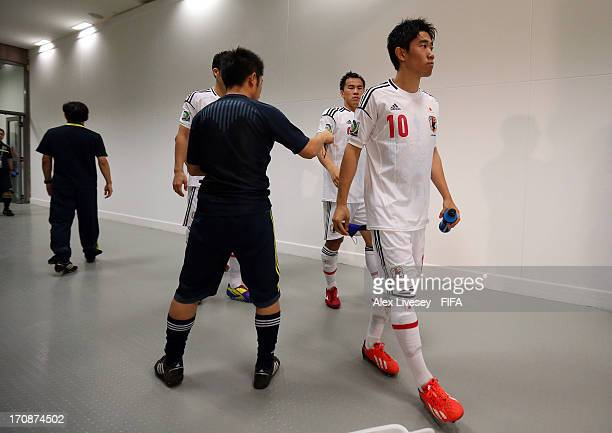 Shinji Kagawa of Japan and his teammates wait to walk out onto the pitch prior to the FIFA Confederations Cup Brazil 2013 Group A match between Italy...