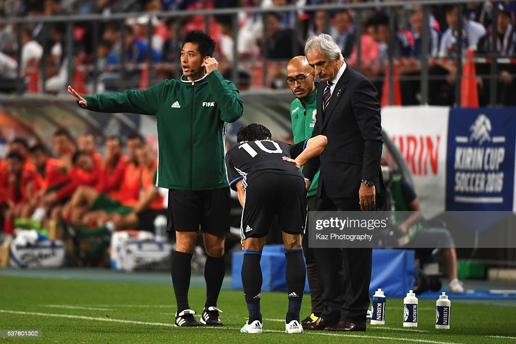 Shinji Kagawa of Japan talks with Vahid Halilhodzic, head coach and medical staff after picking up injury during the international friendly match between Japan and Bulgaria at the Toyota Stadium on June 3, 2016 in Toyota, Aichi, Japan.