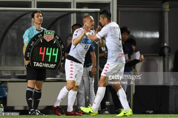Shinji Ono of Consadole Sapporo replaces Ryuji Kawai during the JLeague J1 match between Omiya Ardija and Consadole Sapporo at NACK 5 Stadium Omiya...