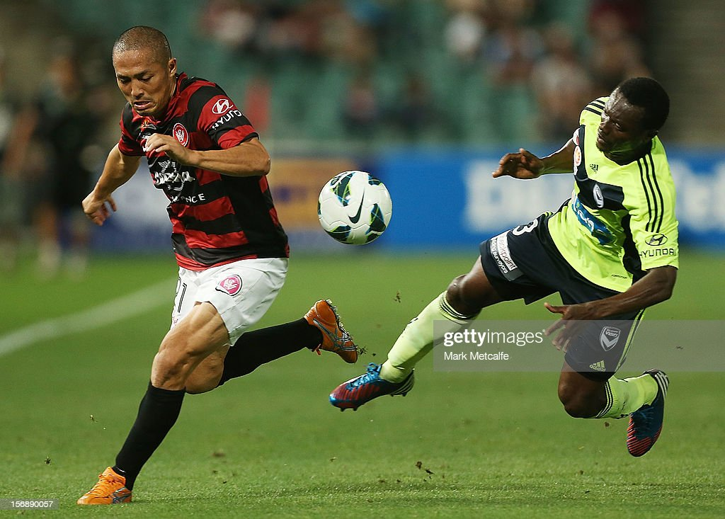 Shinji Ono of the Wanderers and Adama Traore of the Victory compete for the ball during the round eight A-League match between the Western Sydney Wanderers and the Melbourne Victory at Parramatta Stadium on November 24, 2012 in Sydney, Australia.