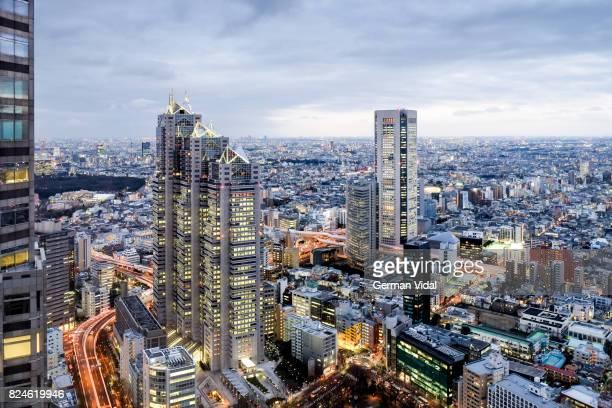shinjuku from the metropolitan government building, tokyo, japan - nishi shinjuku stock-fotos und bilder