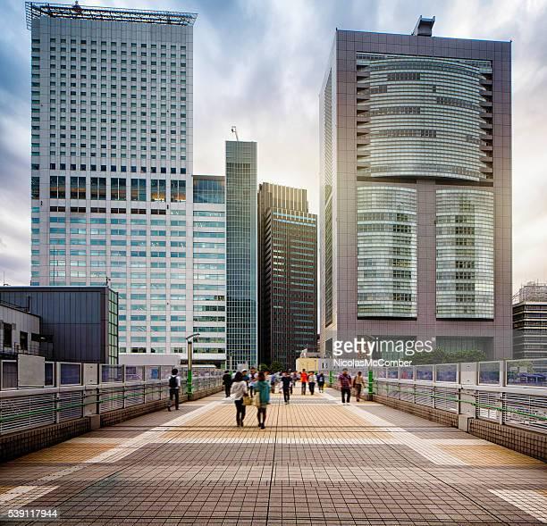 新宿の陸橋とモダンなビルと劇的な空 - 歩道 ストックフォトと画像