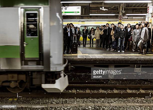 新宿駅の東京 - 地下鉄のプラットホーム ストックフォトと画像