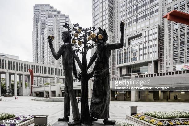 Shinjuku, Tokyo Metropolitan Government Building (architect Kenzo Tange), the sculpture Adam y Eva by Munehiro Ikeda