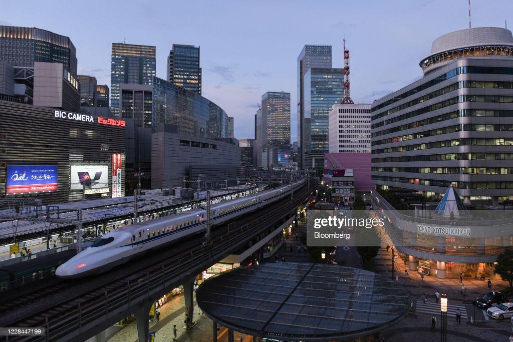 Life Under Tokyos Rail Tracks : ニュース写真