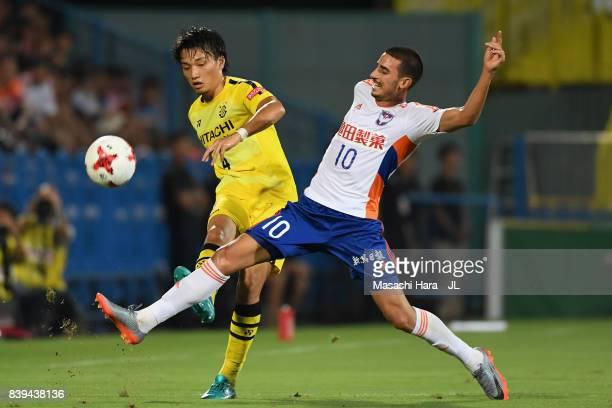 Shinnosuke Nakatani of Kashiwa Reysol and Thiago Galhardo of Albirex Niigata compete for the ball during the JLeague J1 match between Kashiwa Reysol...