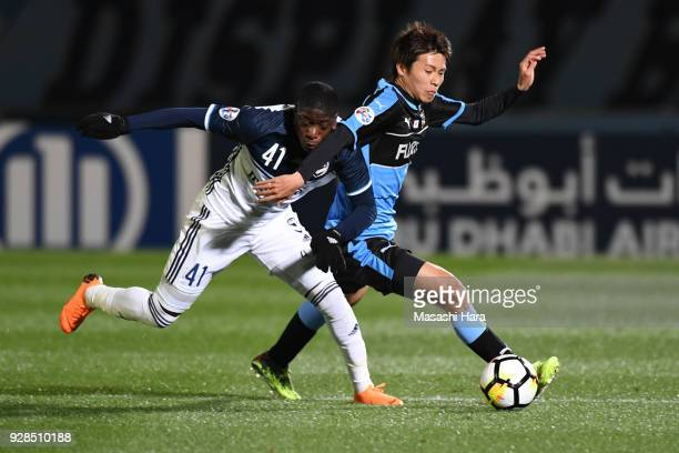 Shintaro Kurumaya of Kawasaki Frontale and Leroy Jorge of Melbourne Victory compete for the ball during the AFC Champions League Group F match...