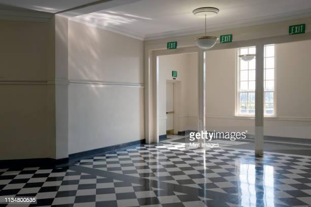 shiny checkered floor of a school - staatliche schule stock-fotos und bilder