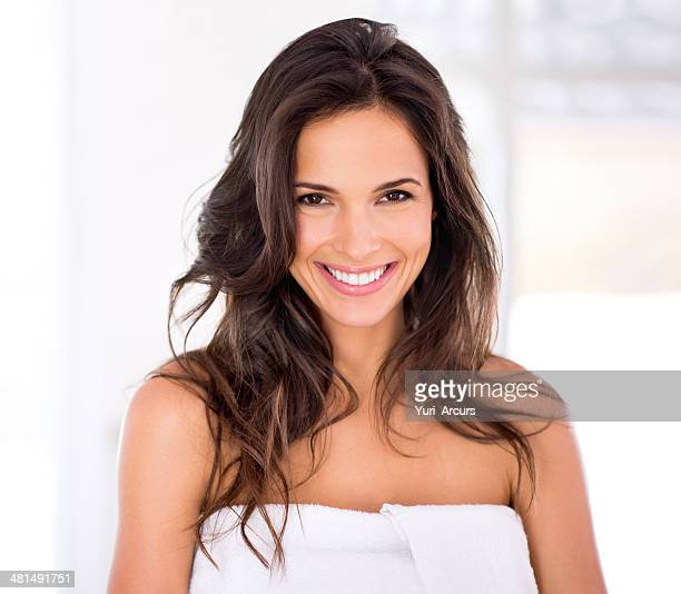 shiny hair and a raidant smile to go with it - beautiful woman stockfoto's en -beelden
