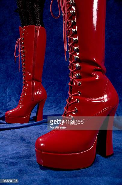 chaussures rouge brillant plate-forme. - dominatrice photos et images de collection