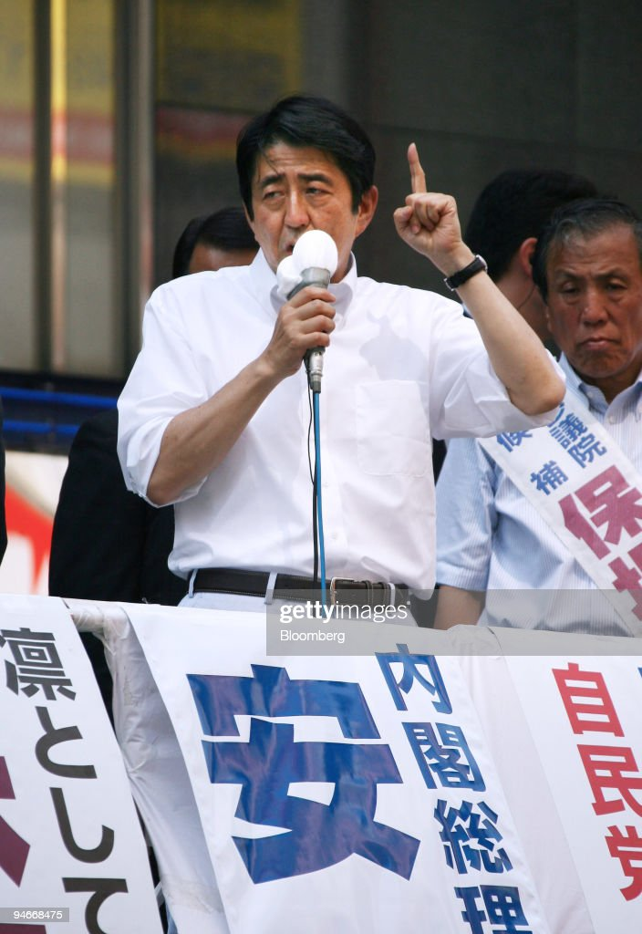 Shinzo Abe, Japan's prime minister and leader of the Liberal : ニュース写真