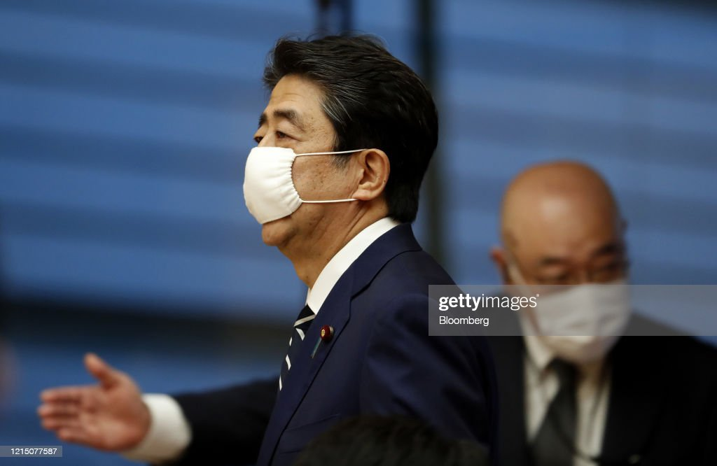 Prime Minister Shinzo Abe Press Conference As Tokyo To Ease Virus Restrictions : ニュース写真
