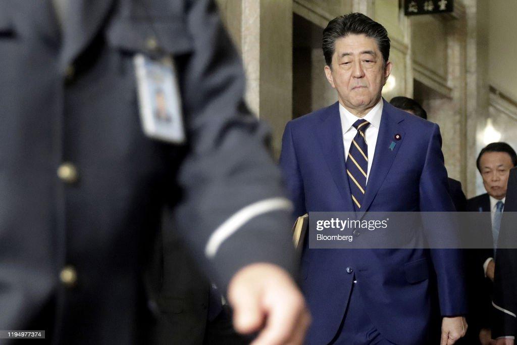 Prime Minister Shinzo Abe Addresses As Japan Diet Opens The New Session : ニュース写真