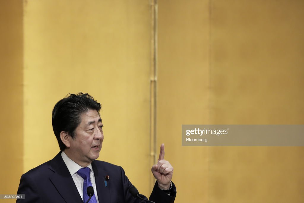 Japanese Prime Minister Shinzo Abe Speaks At The Research Institute of Japan's Event : ニュース写真