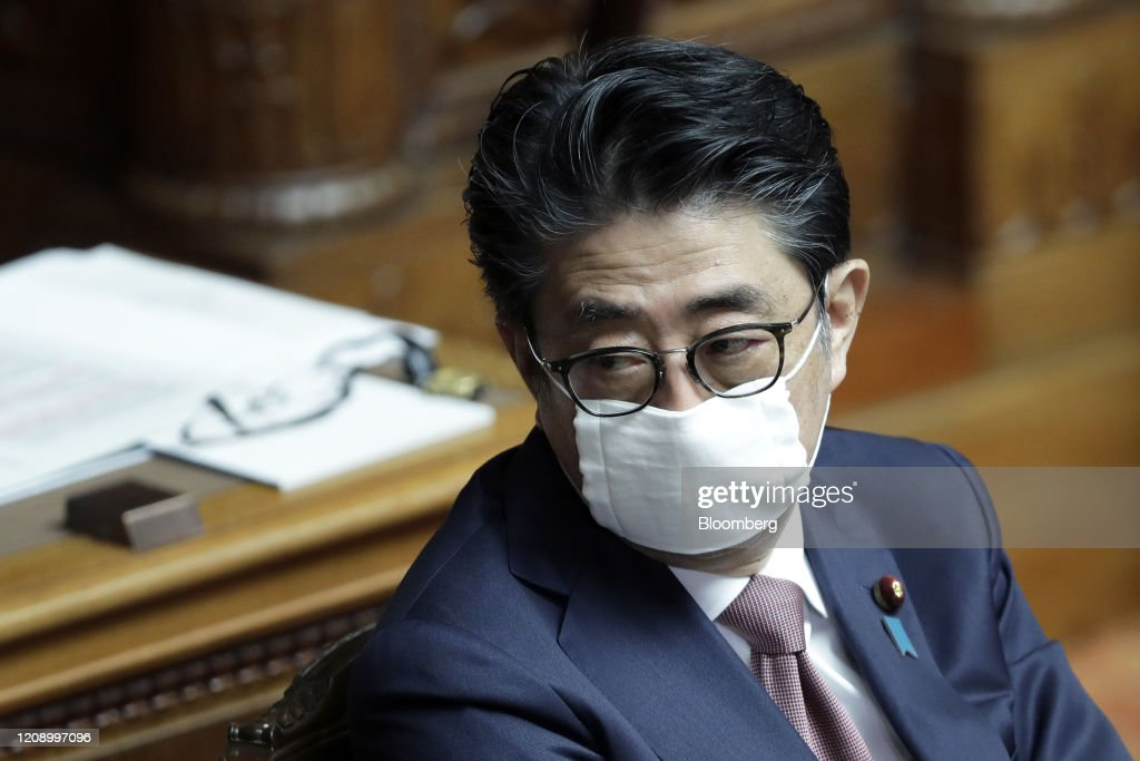 Prime Minister Shinzo Abe Attends Diet As Japan Worries Country on Brink of the Brink of Virus Surge : ニュース写真
