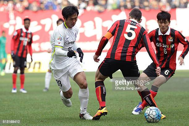 Shiotani Tsukasa of Sanfrecce Hiroshima competes for the ball with Ju SeJong and Osmar Ibanez of FC Seoul during the AFC Champion League Group F...