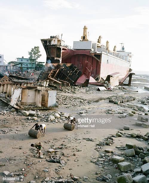 ship breakers - チッタゴン ストックフォトと画像