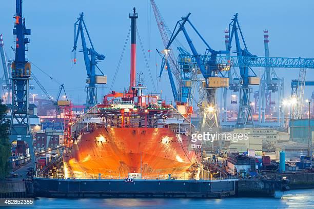 Schiff aufgrund von Wartungsarbeiten im Trockendock bei Nacht, Hamburger Hafen