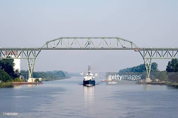 schiff sie unter der eisenbahnbrücke, nord-ostsee-kanal, deutschland - kanal stock-fotos und bilder