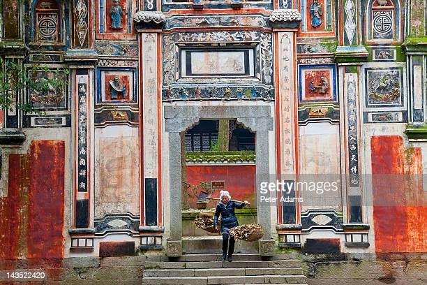 shiping tribe woman, feiyunya temple, china - peter adams stock pictures, royalty-free photos & images