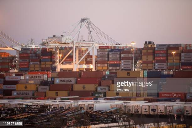 shipping containers gestapeld in de haven van oakland - oakland californië stockfoto's en -beelden