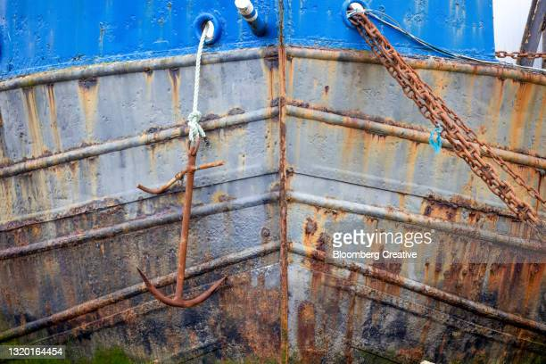 a ships anchor and rusty chain - passenger craft stock pictures, royalty-free photos & images