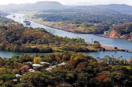 Ships navigate the Panama canal 667937516