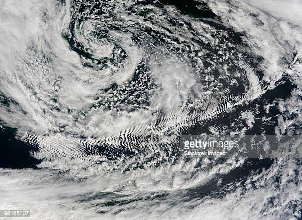 Ship-wave-shaped wave clouds induced by Aleutian Islands.