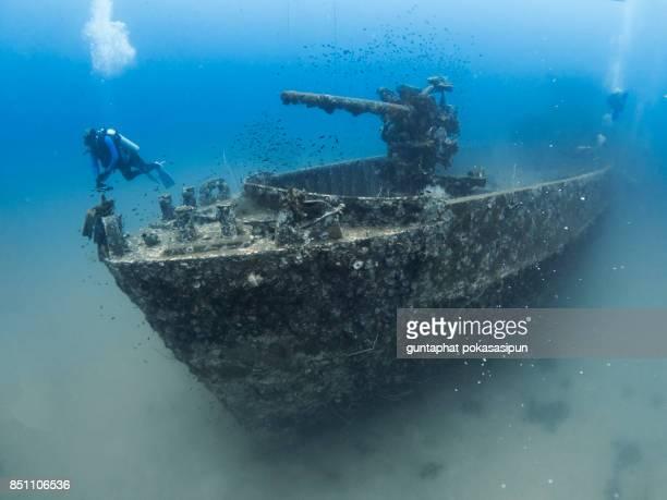 shipwreck and a diver - restos de un accidente fotografías e imágenes de stock