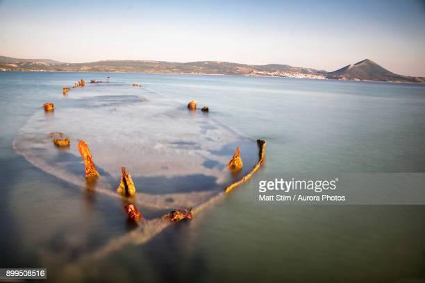 shipwreck in bay of navarino, pylos, messenia, peloponnese, greece - messenia fotografías e imágenes de stock
