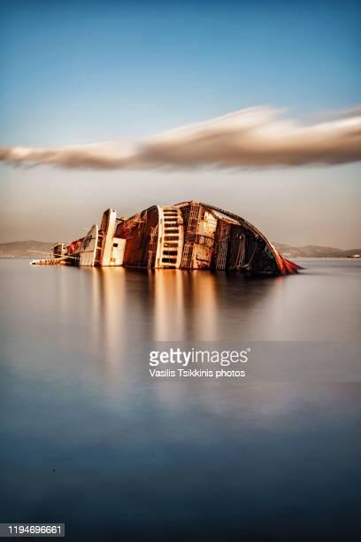 shipwreck  long exposure - restos de un accidente fotografías e imágenes de stock