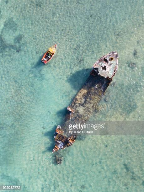 shipwreck off malmok beach, aruba - aruba stockfoto's en -beelden