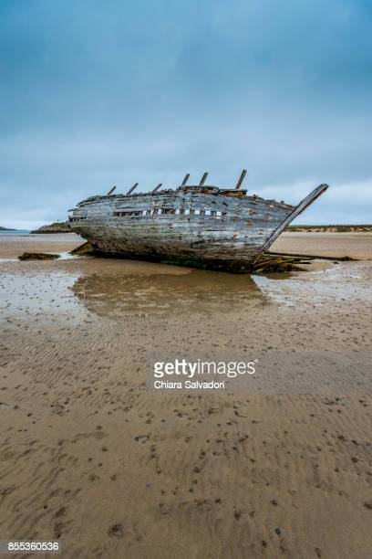 shipwreck on bumbeg beach - low tide stock pictures, royalty-free photos & images