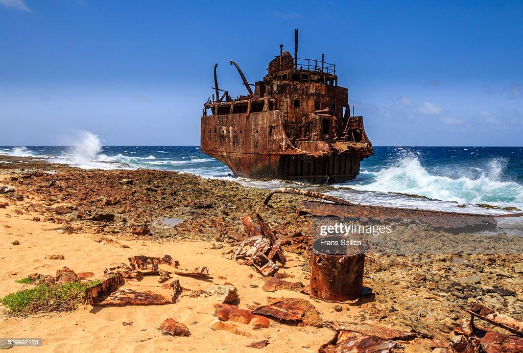 A shipwreck on the coast of Little Curaçao : Stock Photo