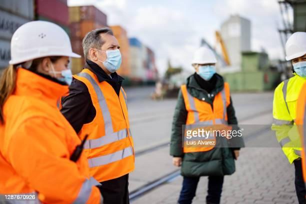 shipyard workers having a meeting during pandemic - reunião de equipe - fotografias e filmes do acervo