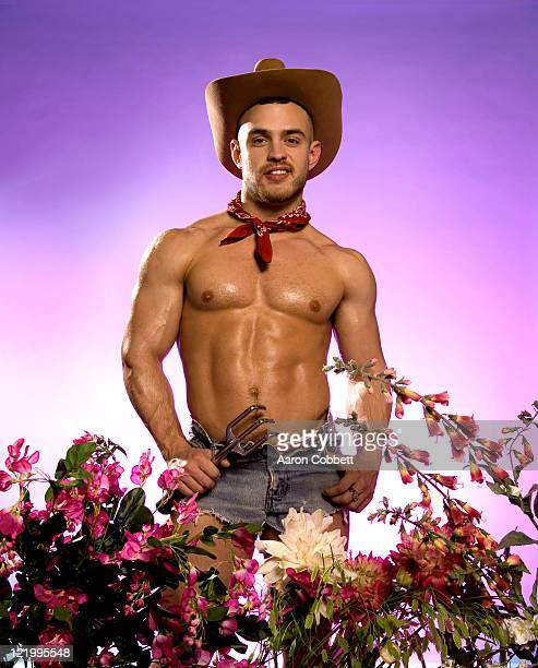shirtless man in cowboy hat in garden - sensualité photos et images de collection
