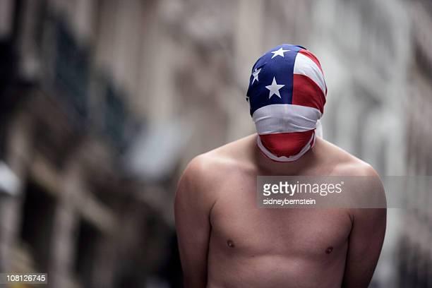 Tronco Nu homem vestindo bandeira americana como máscara