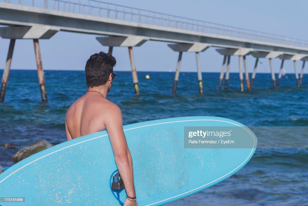 Shirtless Man With Surfboard At Beach : Foto stock