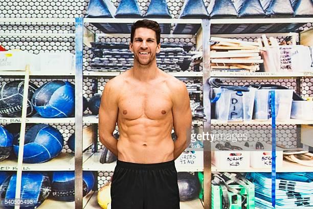 shirtless muscular man standing in gym - handen op de rug stockfoto's en -beelden