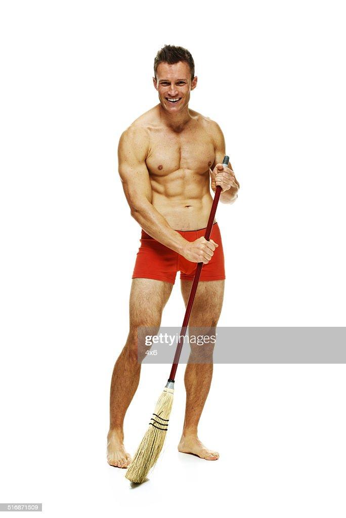 Muskuläre Nackter Oberkörper Mann Arbeitet Mit Besen Stock-Foto ...