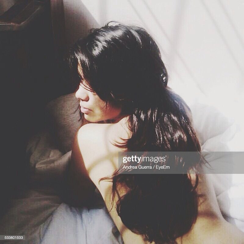 Shirtless Woman Lying In Bed : Foto stock