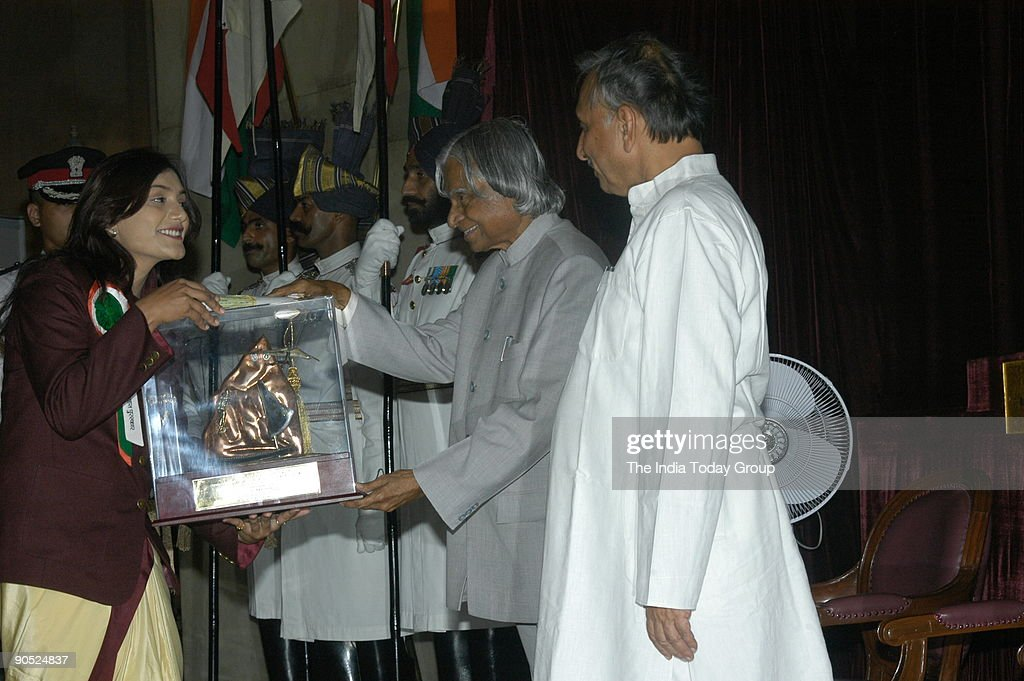 Shital Kamalakar Mahajan Receiving the Tenzing Norgay National Adventure Award from APJ Abdul Kalam, President of India at Sports and Adventure Awards-2005 function in New Delhi, India : News Photo