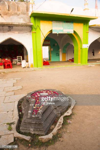 shiv ling the sufi shrine dargah,  khuldabad, india - shiva lingam stock pictures, royalty-free photos & images